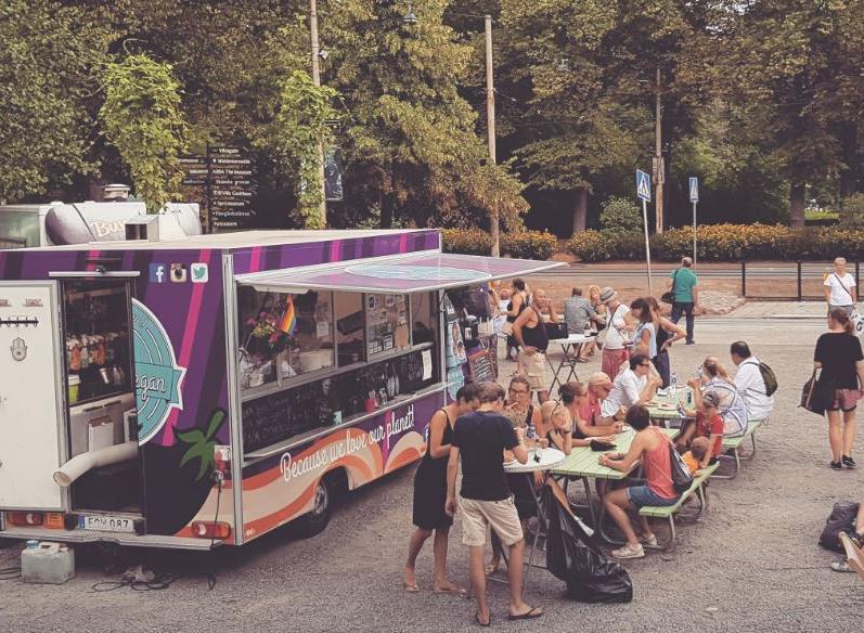 foodtruck-kunder-äter-stockholm